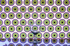 Glass vinexponeringsglas på kulöra bakgrundscirklar Royaltyfri Bild