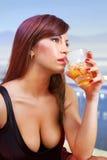 glass whiskykvinna för brunett Royaltyfria Foton