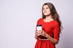 glass white varmt kaffe Isolerat på white Röd klänning Royaltyfri Fotografi