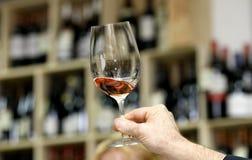 glass wine för handholdingavsmakning Arkivbild