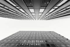 Glass yttersida av skyskrapasikten i område av affärsmitten Arkivfoto