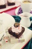 Glassare del brownie e della fragola del cioccolato Immagini Stock Libere da Diritti