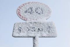 Glassato limite di velocità segnale dentro l'inverno fotografia stock libera da diritti