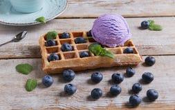 Glassblåbär på en belgisk dillande på en träyttersida Läckra hemlagade dillandear med glass för nya frukter Sommar och strömbryta royaltyfri fotografi