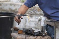Glassblower pracuje w ciekłej szklanej piłce obrazy stock