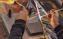 Glassblower robi figurce szkło Roztapiający szkło na benzynowym palniku obrazy stock