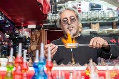 Glassblower robi pamiątkom od szkła dla turystów na stre zdjęcia royalty free