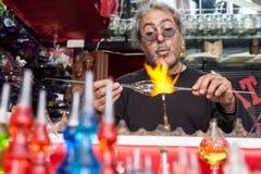 Glassblower robi pamiątkom od szkła dla turystów na stre fotografia royalty free