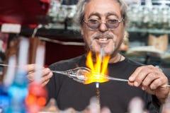 Glassblower robi pamiątkom od szkła dla turystów na stre obrazy stock