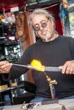 Glassblower robi pamiątkom od szkła dla turystów na stre obrazy royalty free