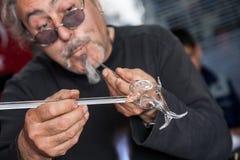 Glassblower robi pamiątkom od szkła dla turystów na stre fotografia stock