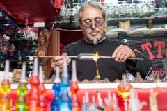 Glassblower robi pamiątkom od szkła dla turystów na stre zdjęcia stock