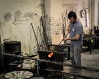 Glassblowing artisanaal bij het werk in een workshop van het kristalglas in Mura royalty-vrije stock fotografie
