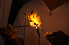 Glassblowing en elefantform Arkivbild
