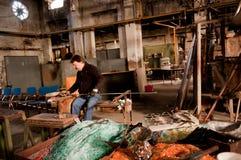 Glassblowing-Handwerker bei der Arbeit in einer Kristallglaswerkstatt Lizenzfreie Stockbilder