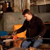 Glassblowing-Handwerker bei der Arbeit in einer Kristallglaswerkstatt Stockbild