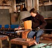Glassblowing-Handwerker bei der Arbeit in einer Kristallglaswerkstatt Stockfotos