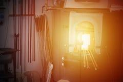 Glassblowing panna med hjälpmedel Arkivfoto
