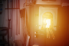 Glassblowingsoven met hulpmiddelen Stock Foto