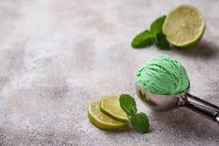 Glassboll med mintkaramellen och limefrukt arkivfoton