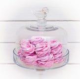 Glasschüssel des rosa Eibisches auf weißem Hintergrund Lizenzfreie Stockbilder