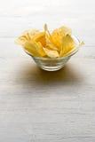Glasschüssel Kartoffelchips Lizenzfreies Stockfoto