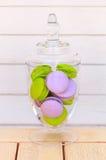 Glasschüssel Macarons auf weißem Hintergrund Stockbild