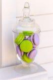 Glasschüssel Macarons auf weißem Hintergrund Stockfotografie