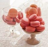 Glasschüssel Macarons auf weißem Hintergrund Stockfotos