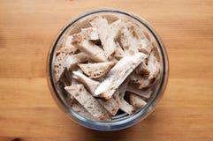 Glasschüssel mit Brotkrumen Lizenzfreie Stockbilder
