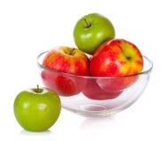 Glasschüssel mit den Äpfeln getrennt auf Weiß Stockbild