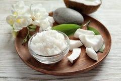 Glasschüssel mit natürlicher Kokosnuss scheuern sich lizenzfreie stockfotos