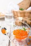 Glasschüssel mit rotem Kaviar Stockbilder
