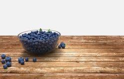 Glasschüssel voll Blaubeeren auf Holztisch stockfotografie