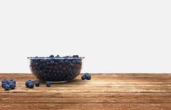 Glasschüssel voll Blaubeeren auf Holztisch lizenzfreie stockbilder