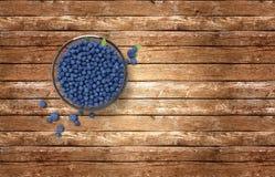 Glasschüssel voll Blaubeeren auf Holztisch lizenzfreies stockbild