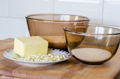 Glasschüsseln des Backens des Ingedients-Mehl-Zuckers und der Butter auf einem Winkel des Leistungshebels Stockbild