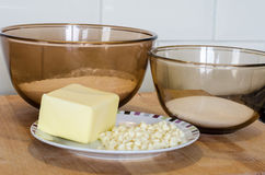 Glasschüsseln des Backens des Ingedients-Mehl-Zuckers und der Butter auf einem Winkel des Leistungshebels Lizenzfreie Stockfotos