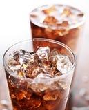 Glasschale Kolabaumsoda mit Eis Stockfotos