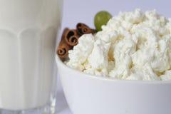 Glasschale mit Milch, weiße Porzellanschale mit Hüttenkäse, grüne Trauben lizenzfreies stockbild