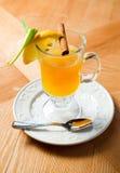 Glasschale mit orange Fruchttee Lizenzfreies Stockfoto