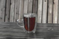 Glasschale mit Tee auf einem Holztisch lizenzfreie stockfotos