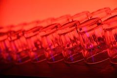 Glasschalen mit rotem Hintergrund im Kabinett stockfotos