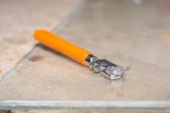 Glasschneider Der Glasschneider liegt auf einer Tabelle Lizenzfreie Stockfotos