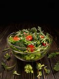 Glasschotel met organische salade van groenten en greens Stock Foto