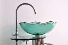 Glasschüssel-Handwäschebassin Stockbilder