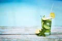 Glasse на бассейне, стороне пляжа Mojito Стоковые Изображения