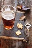 Glasse светлого пива, шутих и консервооткрывателя пивной бутылки Стоковые Изображения