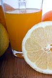 Glasse av orange fruktsaft och frukter Royaltyfri Foto
