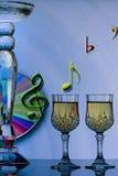 Glasse del vino con las notas musicales Fotografía de archivo